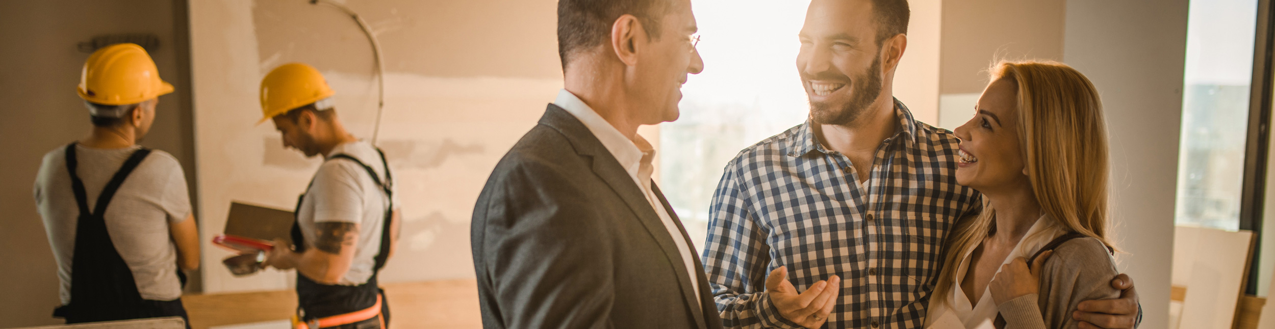 Zufriedene Kunden bei der Besprechung Ihrer Heizungssanierung und Lüftungssanierung.